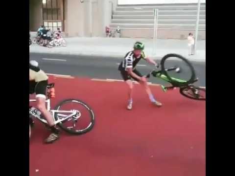 Un viento huracanado impide seguir la marcha de estos ciclistas - Videos de Ciclismo
