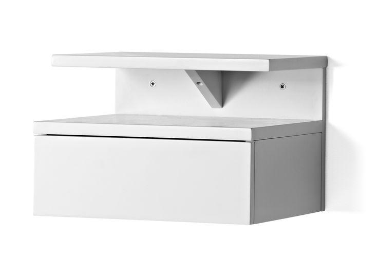Box är ett modernt sängbord i snygg vitlack. Bordet är vägghängt med två hyllor och en låda. Ett prisvärt och praktiskt sängbord.
