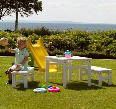 Sommaren är här och det är dags att flytta ut! Vi har letat upp de finaste utemöblerna för barn; hänmattor för lata dagar, klassiska picknickbord, sköna solstolar, trendiga loungemöbler och praktsika klappstolar ...