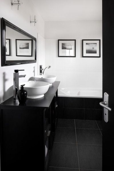 En noir et blanc, la salle de bains dessine un espace graphique et très contemporain.