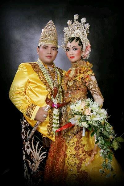 "Gaun kuning ini adalah gaun pengantin kedua yang saya gunakan pada saat acara resepsi pernikahan...make up by Litta Salon dan gaun pengantin ini dirancang oleh salah satu perancang busana terkenal Indonesia ""Ayok Dwipanca"""