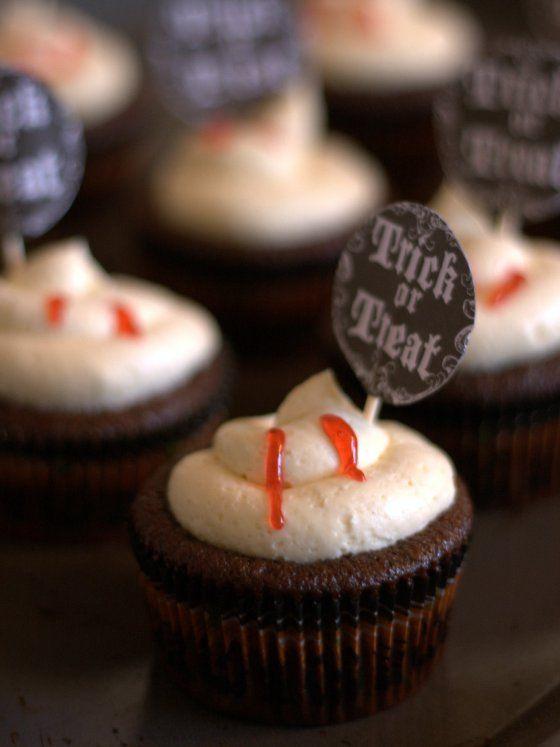 Deze cupcakes heb ik twee jaar geleden gemaakt voor Halloween en dit was natuurlijk in de tijd dat heel Amerika bol stond van de 'Twilight' hype. Vampieren waren weer helemaal hip. Nu ben ik zelf meer van de BTVS-generatie–tja, alleen de echte fans weten waar dat voor staat–en vind ik vampieren dus al veel langer...Lees Meer »