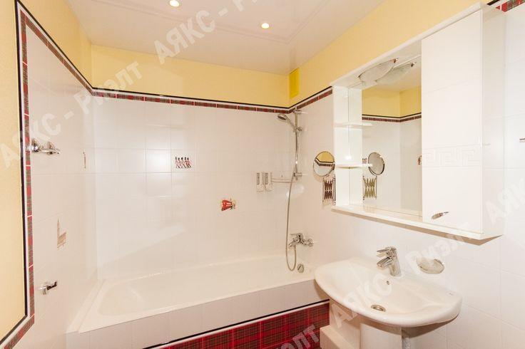 """Ванная. Красная и белая  плитка. Жёлтая влагостойкая штукатурка. Британские мотивы. Серия """"Бейкер стрит""""."""