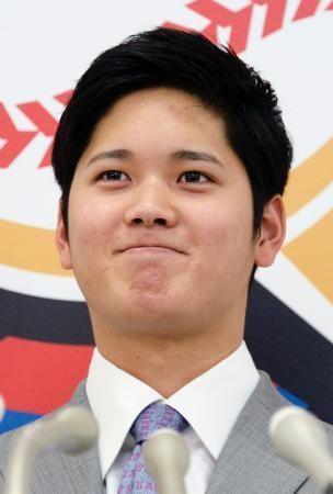 年俸2億円で契約更改し、記者会見で笑顔の日本ハムの大谷翔平投手=4日午後、札幌市内の球団事務所 ▼4Dec2015共同通信 日本ハムの大谷は2億円で更改 4年目はプロ野球最速タイ http://this.kiji.is/45403031789731847?c=39546741839462401