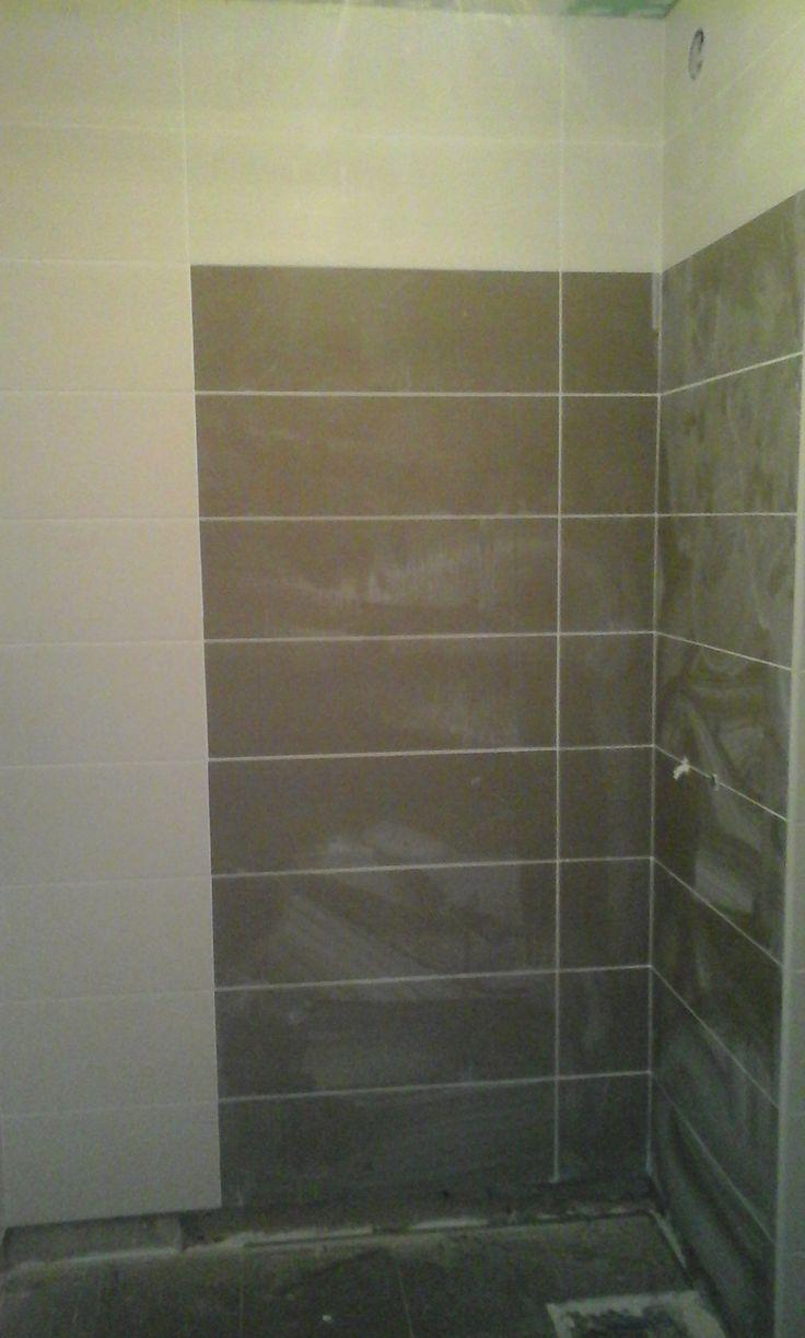 Aplicação de revestimento em cerâmica na casa de banho e tecto falso em pladur hidrofugo.