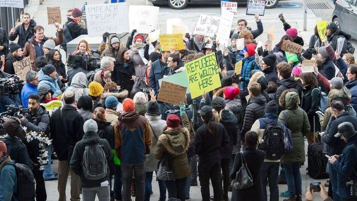 Borgere fra syv muslimske lande og flygtninge blev lørdag stoppet ved grænsen til USA, og fire af Googles medarbejdere og en Oscar-nomineret instruktør kan ikke komme til USA. Iran svarer igen ved at blokere amerikanske statsborgere, og Frankrig, Tyskland og Tyrkiet kritiserer Trump skarpt.
