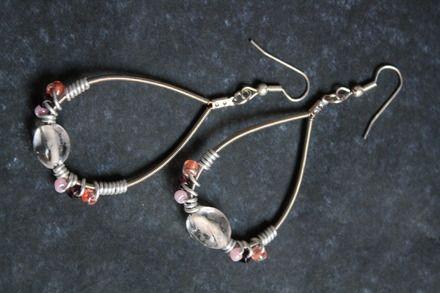 Boucles d'oreilles en corde de guitare et perles nacrées : Boucles d'oreille par lesperlesdejade
