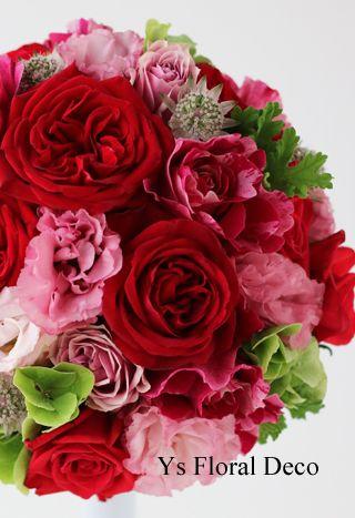 本日、ウェスティンホテル東京さんへお届けしました赤いドレスに合わせる赤ピンク系のラウンドブーケです。新婦さんからお任せでご依頼いただいておりまして、彼女の...