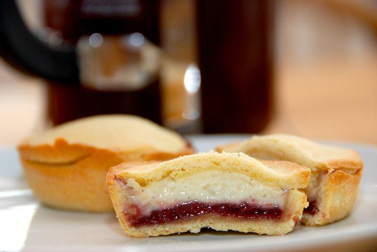 Cremelinser med hindbær er en frisk fornyelse af den klassiske cremelinse. Jeg har bagt den med hindbærmarmelade og hjemmelavet kagecreme. Hvis du er vil med cremelinser, ja så bliver du helt vild …
