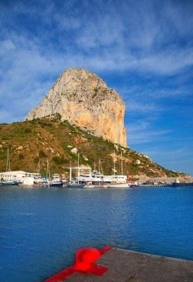 Calpe en Alicante Peñón de Ifach con montaña y barcos marina