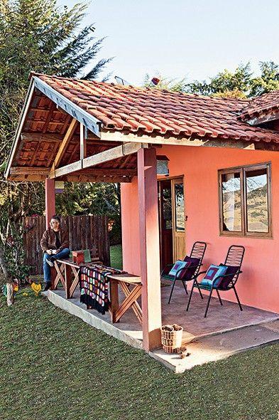 Sem gastar muito nem seguir tendências, o arquiteto Ricardo Caminada reúne suas principais referências de felicidade em 50 m² no alto de uma montanha em Gonçalves, Minas Gerais. Da varanda avista-se um grandioso pasto