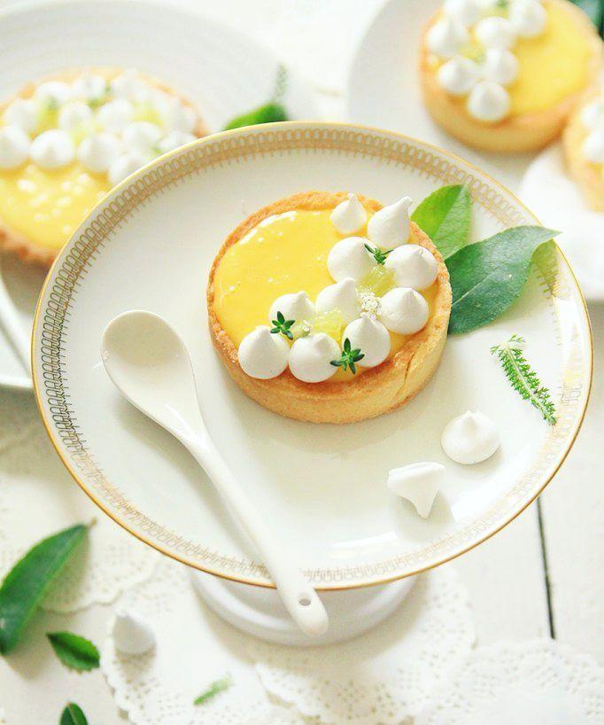 """Ça manquait un peu de jaune par ici !  Tartelettes au citron et petites meringues croquantes  (et pour celles qui se poseraient la question la recette est déjà sur le blog tapez """"citron"""" dans la barre de recherche)"""