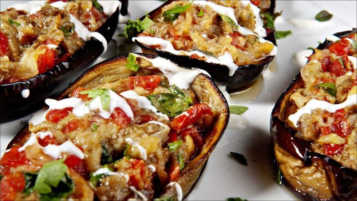 Fylte auberginer - Auberginen er en god kjøtterstatter, med fyldig og god smak som funker fint med tomat. Dette er en vegatrett som er stappfull av umami.