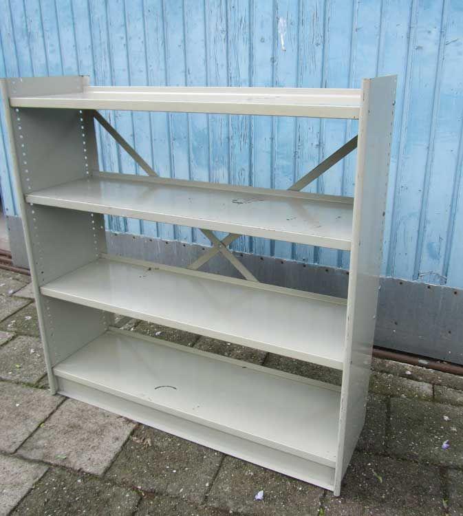 Industriële metalen boekenkast, archiefkast, ontwerp Stabilux van Friso Kramer voor Ahrend de Cirkel in 1955 De planken en kunnen op verschillende hoogtes worden vastgezet. Perfect te gebruiken...