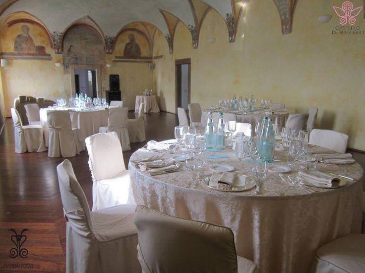 I classici tavoli rotondi allestiti elegantemente in sala affreschi @CastleOfAngels #banqueting #azzurro