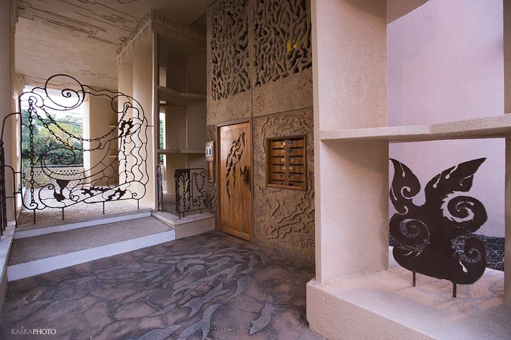 """The Crazy House"" in Tel Aviv photo by Kaśka Sikora  #entrance #entrancetothebuilding #door #dorcarvedwood #sculptures #reliefs #Sikora #KaśkaSikora #KatarzynaSikora"