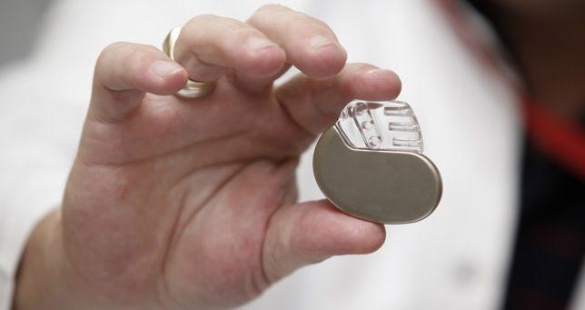 """SALUD (L., 26 ago 2013)       DESFIBRILADORES """"Un marcapasos sin cables"""" .. Un nuevo tipo de desfibrilador implantado bajo la piel puede detectar los ritmos cardíacos peligrosamente anómalos y administrar descargas para restaurar así el ritmo cardíaco normal sin necesidad de cables que toquen el corazón, asegura un estudio que se publica en Circulation. .."""