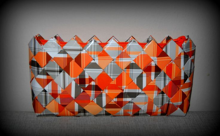 Τσάντα φάκελος πορτοκαλί-γκρί καρό. Διαστάσεις:29εκ.(μήκος) Χ 13εκ.(ύψος) Χ 3,5εκ.(πάτος).Με πορτοκαλί φερμουάρ.