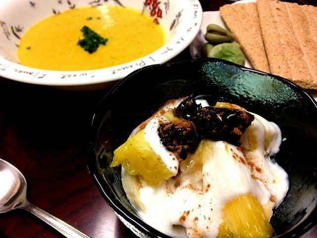 パンプキンスープの材料は、タマネギ、カボチャ、塩、コショウ、コンソメ、水、豆乳、仕上げに生クリームとパセリ。美味しかったです - 48件のもぐもぐ - パンプキンスープフルーツヨーグルトで朝ご飯  / pumpkin soup & fruits yogurt by 鰻大好き❤