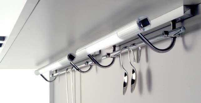 Luminaria fluorescente con linero incorporado modelo Pilight C en varias medidas disponibles. Acabado en aluminio.