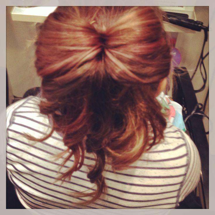 Rosa striper.  Sløyfe på håret.