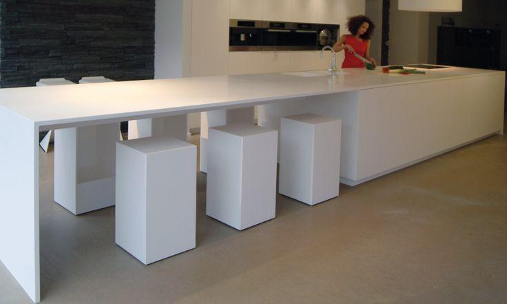GF Concepts - Uw Interieurspecialist - keukeneiland en tafel lopen naadloos in mekaar over - kubusvormige krukken zorgen voor de finishing touch