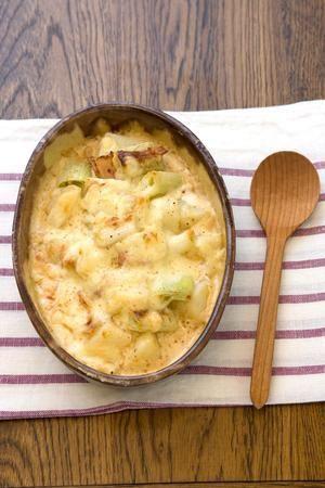 ほくほくのじゃがいもと、しんなりしたねぎの食感が絶妙な組み合わせ。こく深いチーズはとろ~り、こんがり。ぜひあつあつをめしあがれ。