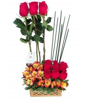 Cesta de Rosas Lorient: Diseño compuesto por docena de rosas rojas agrupadas en dos niveles acompañados de varitas de santorrea,  alstroemerias y fitus porus varieegado. Exclusivo diseño de venta a domicilio en Lima, Perú