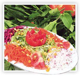 Mevsim Salata...Taze göbekli marul, rendelenmiş havuç haşlanmış mısır taneleri ve beyaz peynir karışımı dilimlenmiş domateslerle süslenir. Zeytinyağı ve taze limon suyu ile hazırlanan sos servis yapılırken ilave edilir.