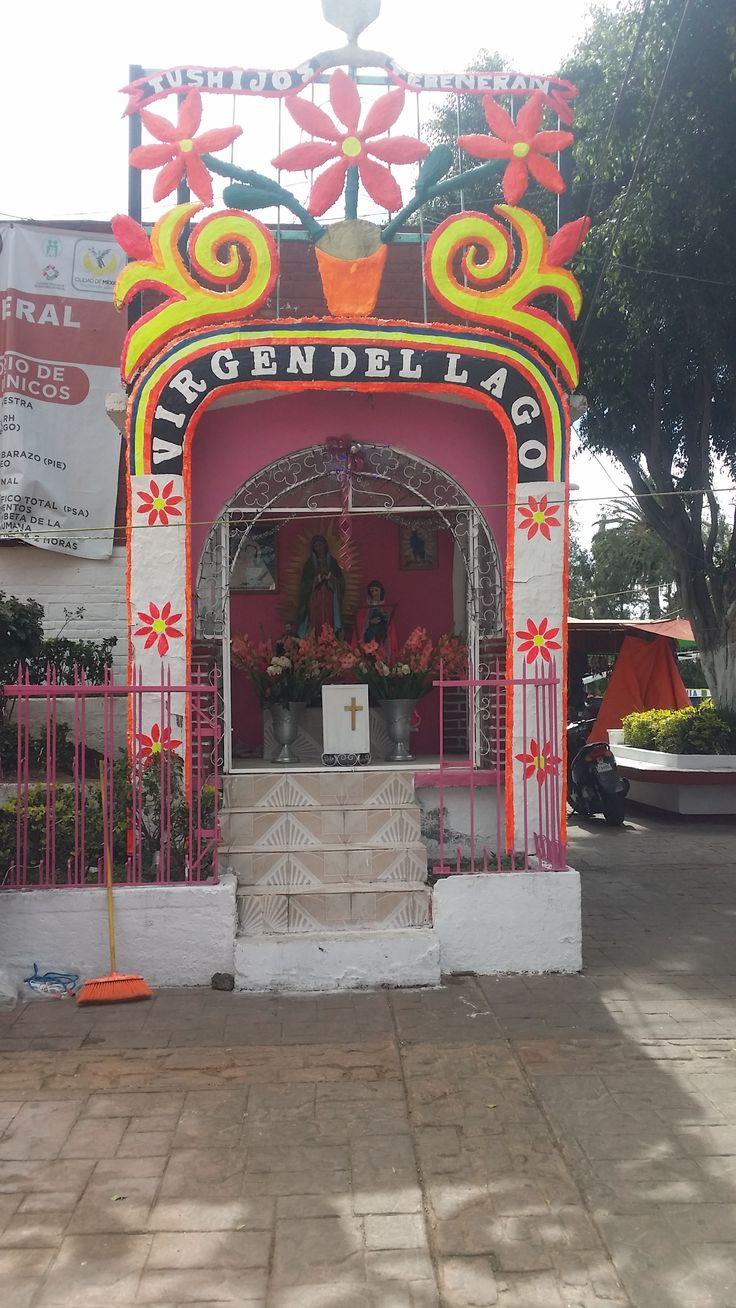 La virgen del lago, ubicada a la entrada del embarcadero Nativitas, a un lado del mercado de artesanías.