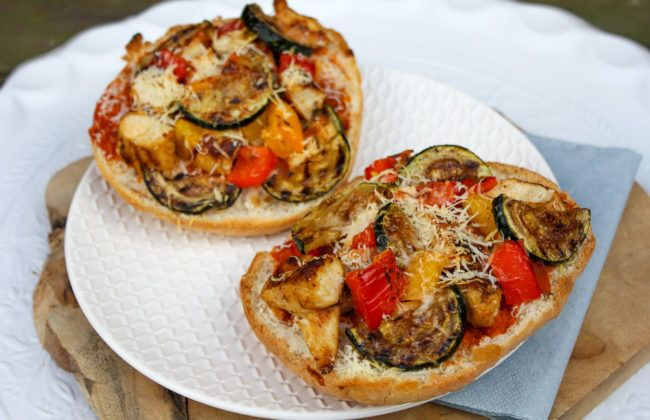 Met dit recept maak je een gezondere pizza met gegrilde kip en groenten. Maak smakelijke mini pizza's belegd met gegrilde kip, courgette en paprika.