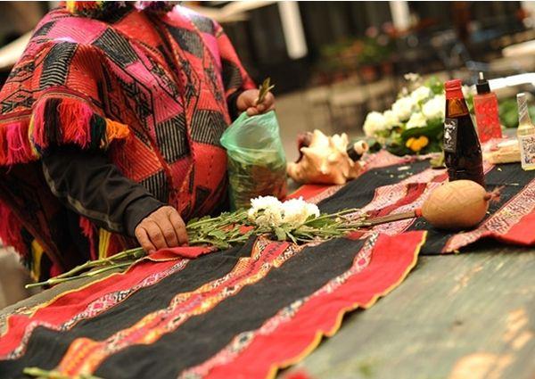 Las ceremonias de ofrendas, comúnmente conocidas por la población andina como pagos a la Tierra o Pachamama, son rituales de origen ancestral que son parte de un sistema de reciprocidad entre el mundo material y el mundo espiritual.