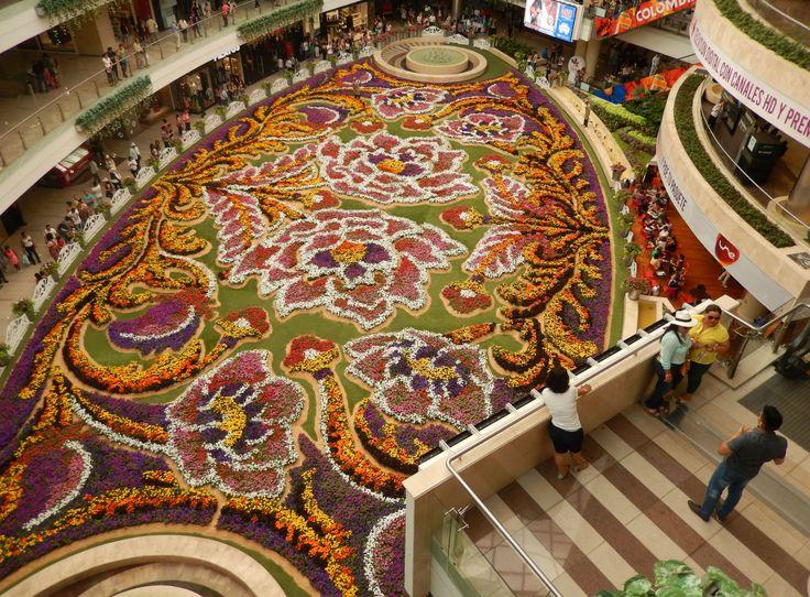 Cientos de personas vieron el tapete de flores del centro comercial Santa Fe durante la Feria de las Flores de Medellín. Foto: Juan Uribe