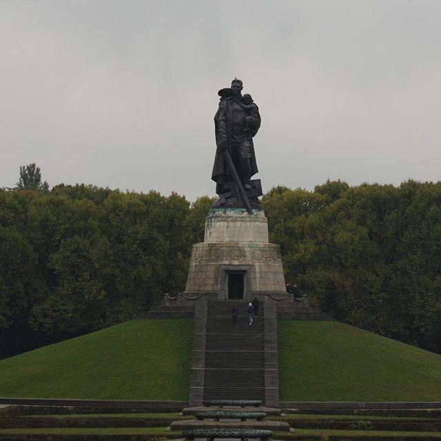 #treptowerpark #berlin #berlin hemmelige park ligger i #bydelen #treptower tæt på #friedrichshain o #kreuzberg  en rigtig lang gåtur der er hvert skridt værd #mindesmærke for faldne #russiske soldater under #andenverdenskrig #berlin #loveberlin #loveberlin #loveberlincity #loveberlincity #iBerlin #visitberlin #deutschland #ddr #berlin #berlinerblogdk @berlinerblog.dk #berlin2go #berlinlovers #berlin365 #berlinmylove #oestberlin