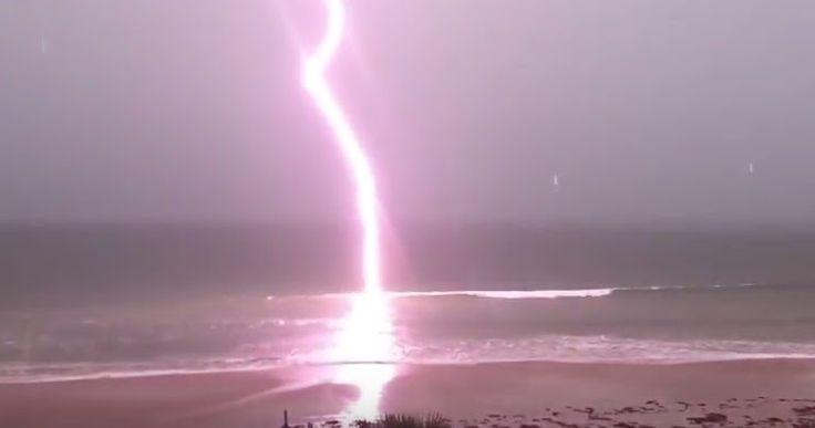 Video Unik, Lihat Dahsyatnya Petir Raksasa Menyambar Pantai Saat Badai