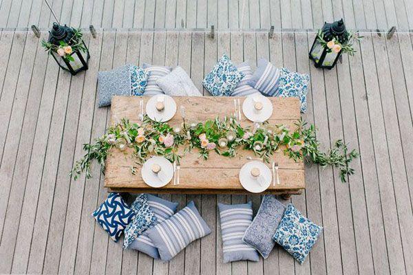 Idee per un matrimonio bohémien: decorazioni, abiti da sposa, corone di fiori, piume e macramè.
