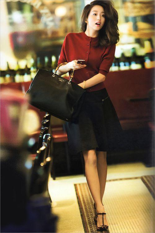 自分のメイクっていつも同じになりがち。同じカラーのアイシャドウやメイクの仕方。でもそれを少し変えるだけで、顔や洋服までも印象が変えられるんです!アラサーメイクと共に松島花さんの知的女性ファッションも紹介します♡