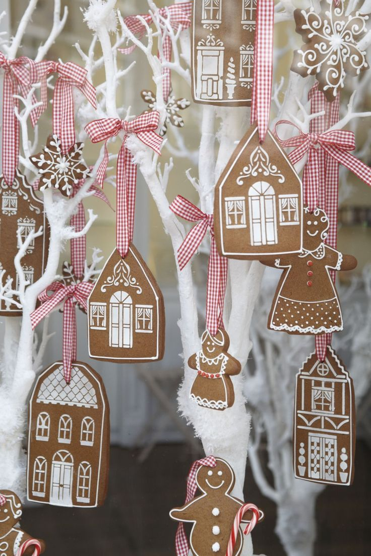 Biscuits décorés maison en pain d'épice à suspendre. – Gingerbread house ornament decoarted cookies.
