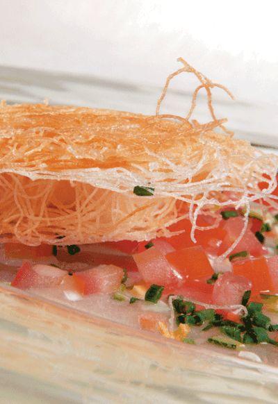 Langoustines en pâte kataifi, quelques légumes crus, vinaigrette à l'huile de noisette