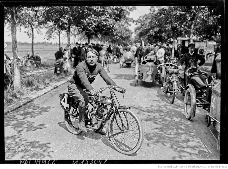 [14/6/1914, concours motocycliste du kilomètre et du mille lancé et arrêté, sur la route des Achères], Chevallier [Chevalier ?] sur Terrot : [photographie de presse] / [Agence Rol]