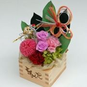 The flower arrangement which is using Japanese wooden measure. 升プリ