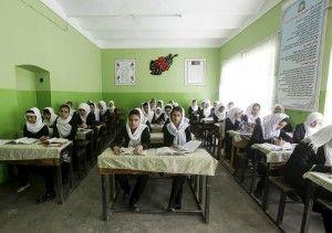 Zo gewoon is het niet voor meisjes uit Afghanistan om onderwijs te krijgen. Onder het bewind van de Taliban was het zo goed als verboden en hoewel sinds hun val het aantal meisjes dat naar school gaat flink is toegenomen, is het nog altijd niet vanzelfsprekend. Door traditionele opvattingen, maar ook de onveiligheid in het land. Deze leerlingen van Zarghona, een middelbare school in Kabul, laten zich daar niet door afschrikken.