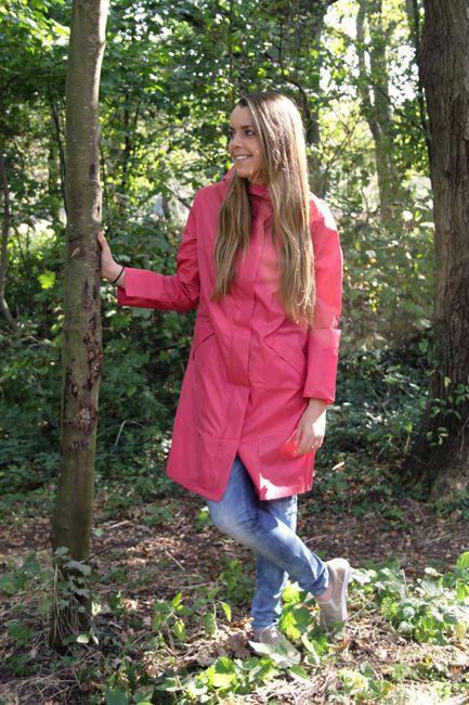 Zomerse #regenjas is vrolijk roze, verpakt in een klein zakje, dus makkelijk mee te nemen!