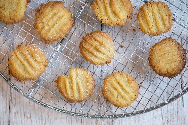 Opskrift på små lækre smørbagte bergamotte småkager eller citronsmåkager - som er virkelig nemme, super sprøde og skønne til en kop te - få opskriften her