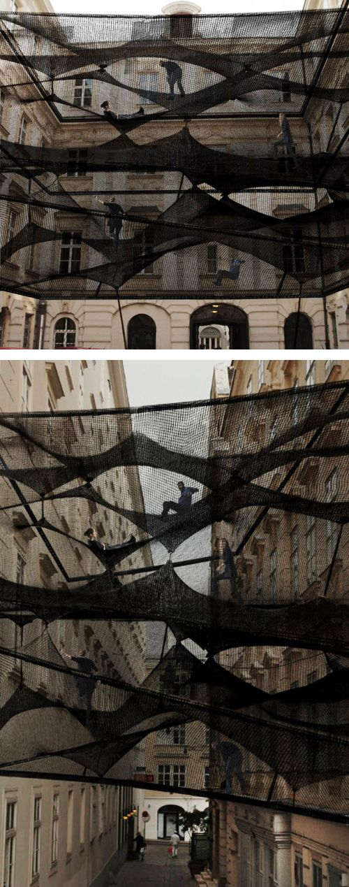 Instalación negra entre edificios