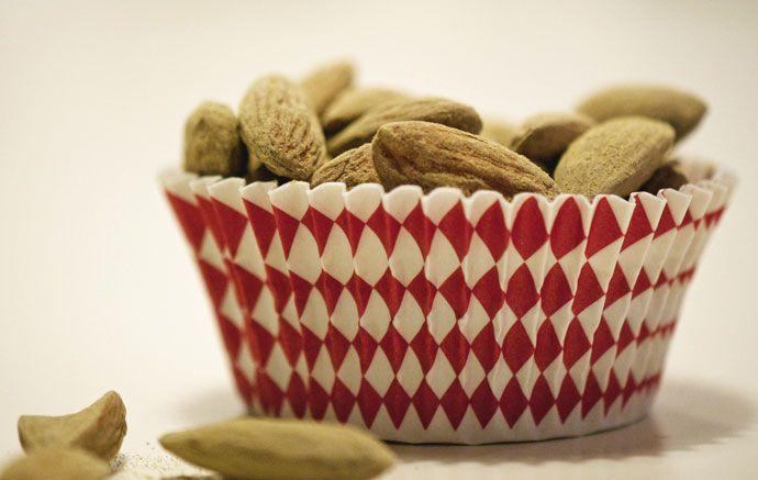 Lakridsmandler med lakridspulver, super nemme at lave og smager helt fantastisk - og så er de tilmed helt sunde. To ingredienser og 1 minut, så er de klar
