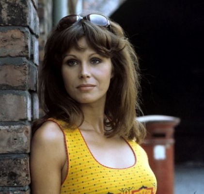 joanna_lumley_in_yellow_top.jpg.cf.jpg (421×400)
