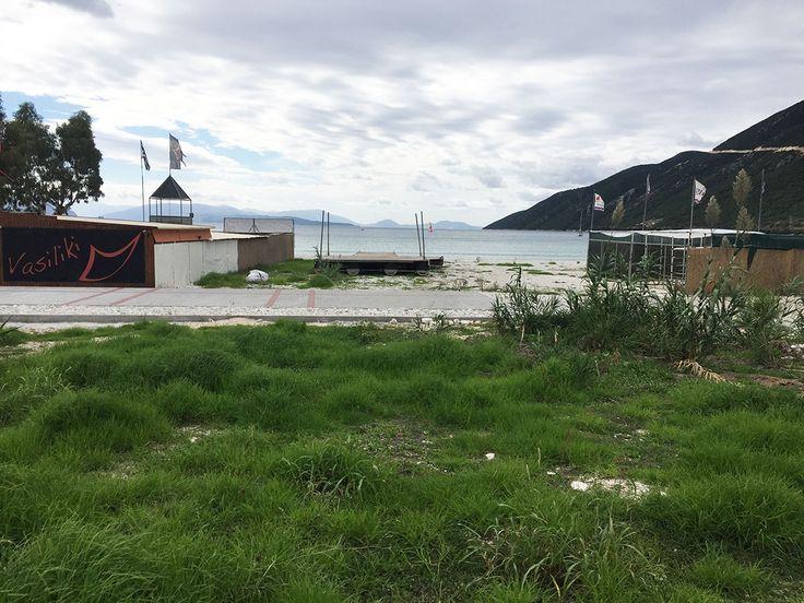 """Πωλείται μοναδικό οικόπεδο 4 στρεμμάτων δίπλα στη θάλασσα με υπέροχη θέα στην Βασιλική Λευκάδας, από μεσιτικό γραφείο """"Ελλήνων Γη""""."""