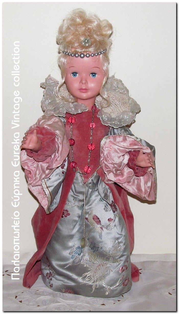 Από την δεκαετία του 1970's Ιταλική κούκλα Ratti ντυμένη σαν αυτοκράτειρα παλιών εποχών, με χειροποίητα ρούχα.  Σε καλή κατάσταση. Όλα τα μέρη κινούνται, τα μάτια ανοιγοκλείνουν.  Ύψος 50εκ.