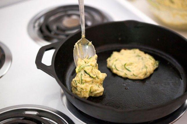 BLOG maandag, 2 September 2013 Glutenvrij, vegetarisch en gezond. Dit recept is veel dingen. Maar het is vooral lekker.  Deze courgette pannenkoekjes klinken misschien niet meteen appetijtelijk. Maar na het lezen van deze post zal je daar ongetwijfeld anders over denken.  Wat heb je nodig? (9 – 12 stuks)    3 tot 4 courgettes 140g maismeel of polenta 12 eieren 2 avocado's   Rasp (of snij) de courgettes fijn tot je ongeveer 450g hebt. Meng deze in een kom samen met 3 eieren, het maismeel en…